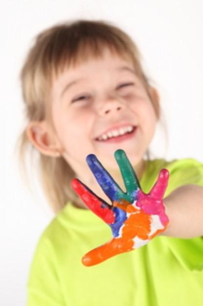 menina-sorrindo-pintura-diversao_3268391