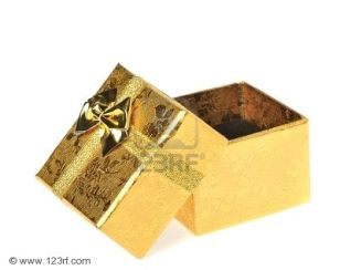 5568836-caja-de-regalo-color-dorado-es-aislados-sobre-un-fondo-blanco