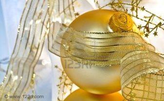 6002573-adornos-de-navidad-oro-resplandecientes-con-cintas-transl-cidos-espumosos-estrellas-doradas-y-luces-