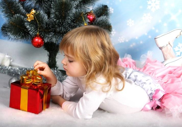 Navidad-y-Año-Nuevo-2013-la-magia-niña-con-regalos-y-arbol-navideño